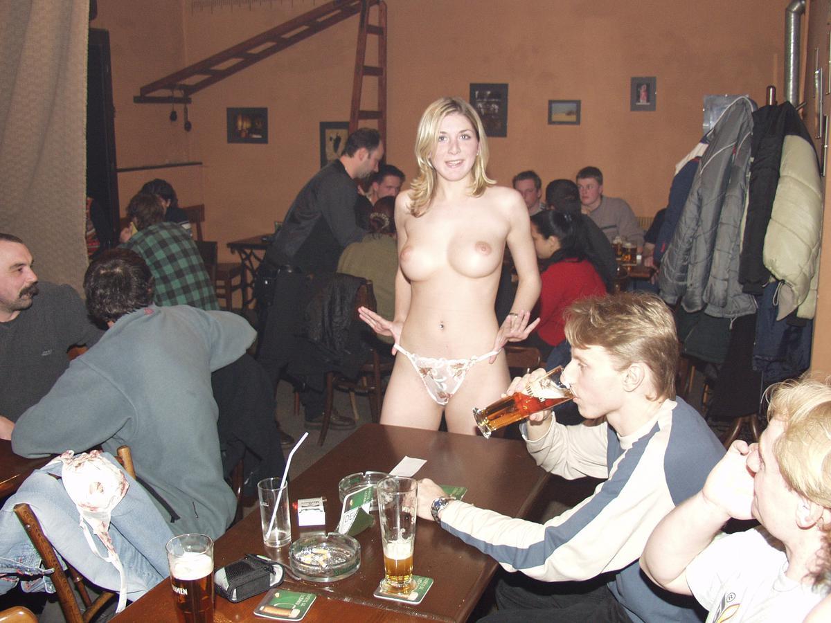 Толпа раздевает женщину, Порно На публике -видео. Смотреть порно онлайн! 12 фотография
