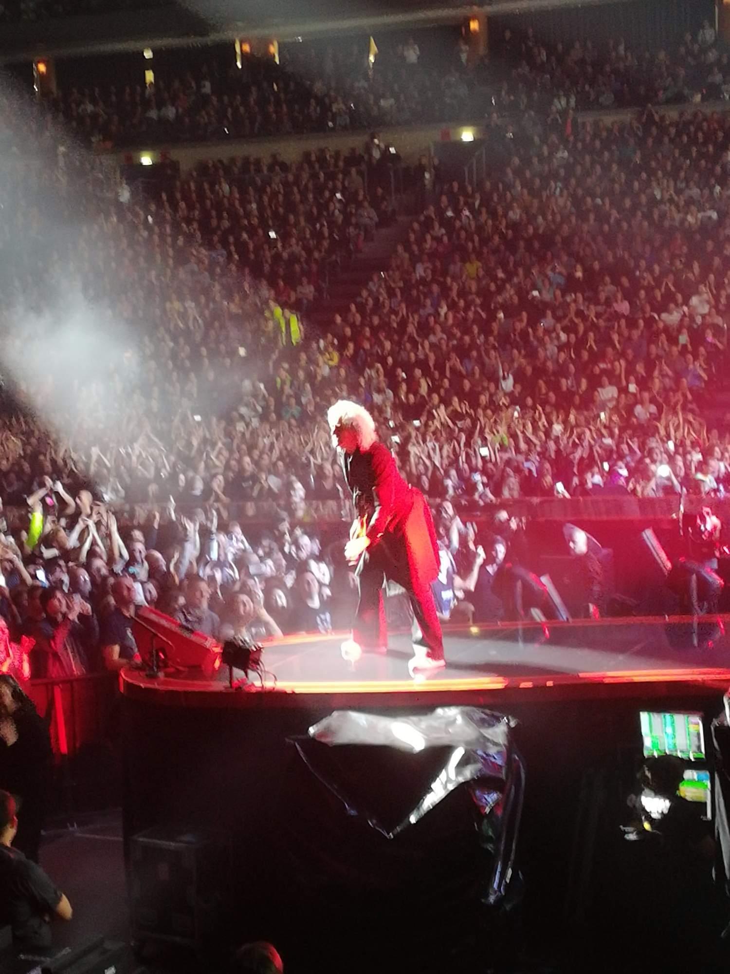 Na sedmdesátiletém Mayovi je stále vidět, že ho koncertování velmi baví. Foto: Radim Ptáček