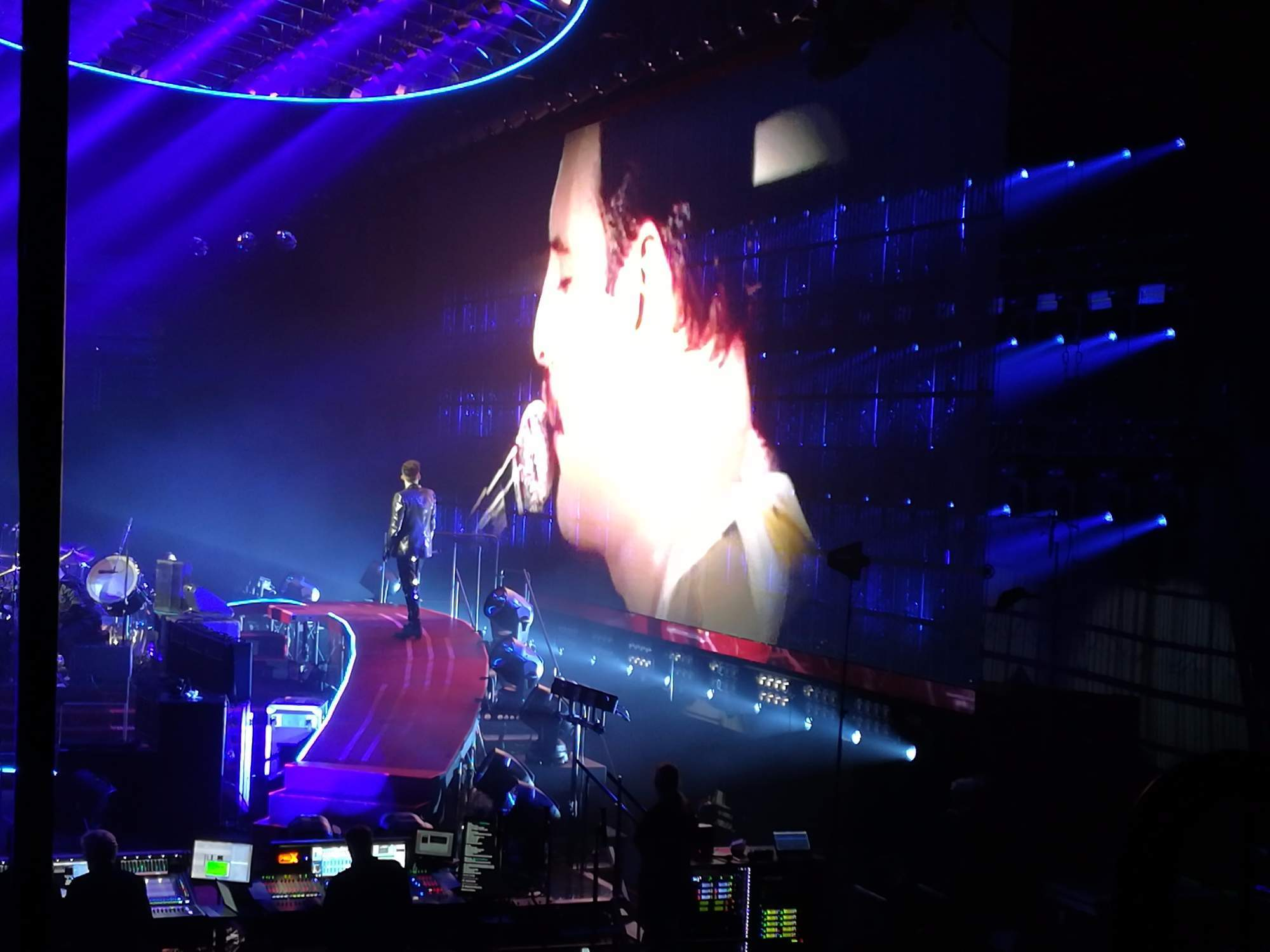 Vzpomínky na Mercuryho jsou nedílnou součástí všech koncertů Queen. Foto: Radim Ptáček