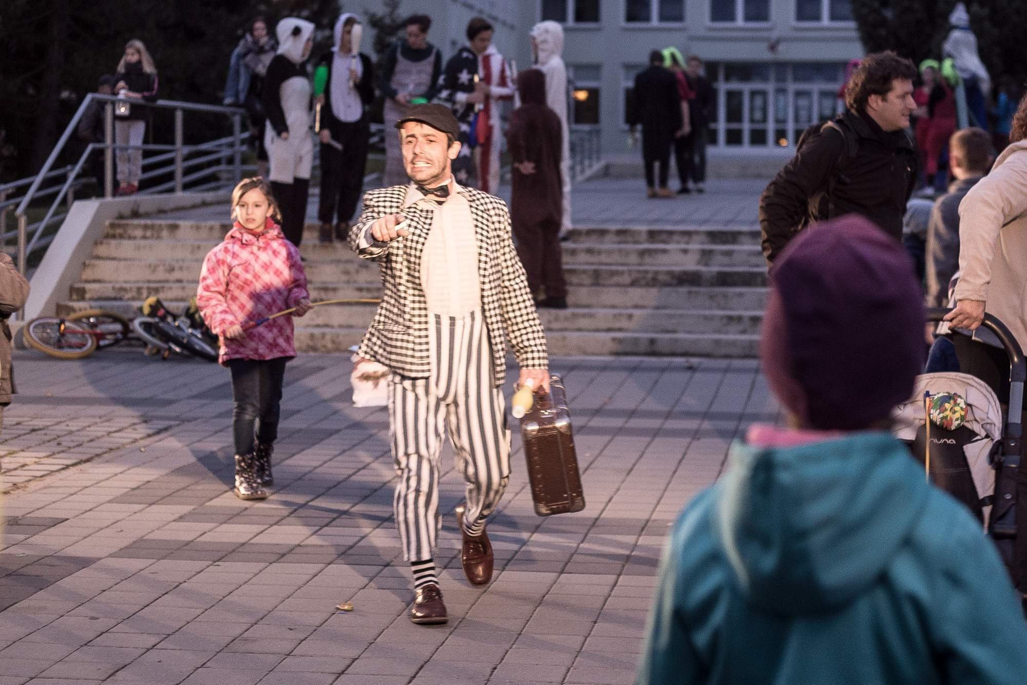 Uvaděč jako první označil čárou na zemi místo, kde se odehraje představení, a kam si mají děti stoupnout, aby lépe viděly. Foto: Kristýna Čermáková