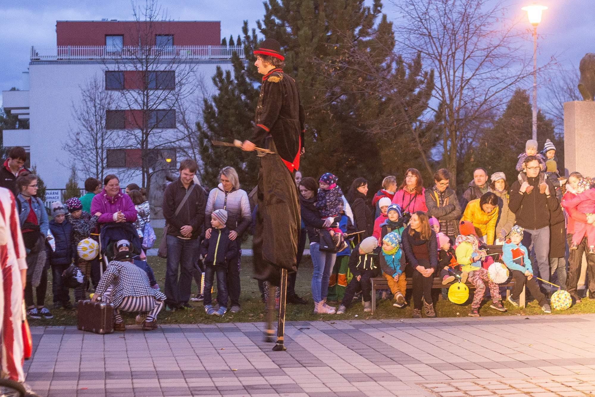 Když se děti utišily, přišli akrobaté na chůdách, aby zahájili slavnostní příchod Zimy a Léta. Foto: Kristýna Čermáková