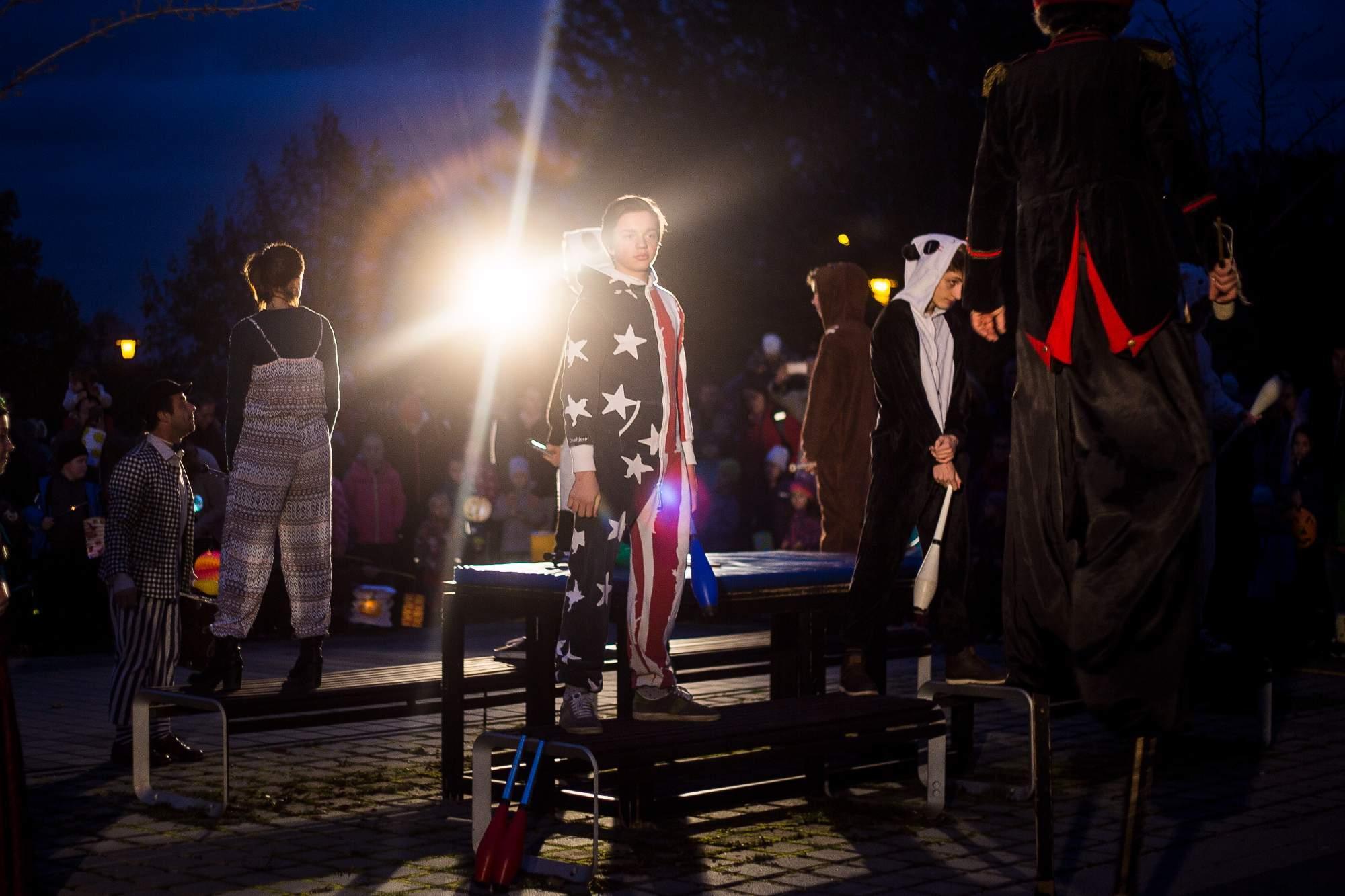 Jako první vystoupili žongléři v různobarevných oblecích. Foto: Kristýna Čermáková