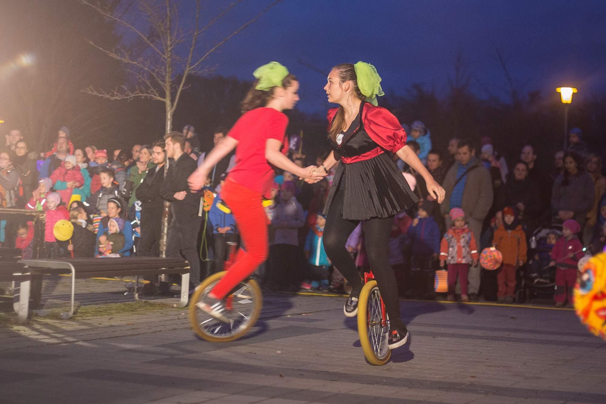 Velký potlesk sklidily jezdkyně na jednokolkách, které svým tanečním vystoupením a umem zaujaly i rodiče. Foto: Kristýna Čermáková