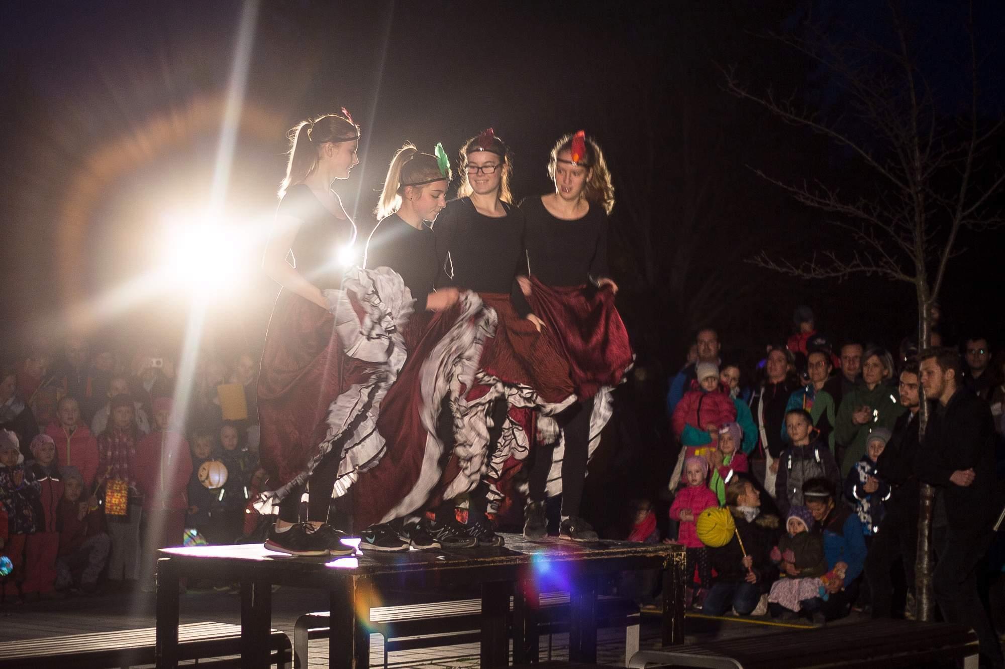 Léto letos bylo štědré, a tak vysoké figury předávaly své dary dál. Na stolech v parku zatančily divoženky a děti nadšeně tleskaly. Foto: Kristýna Čermáková