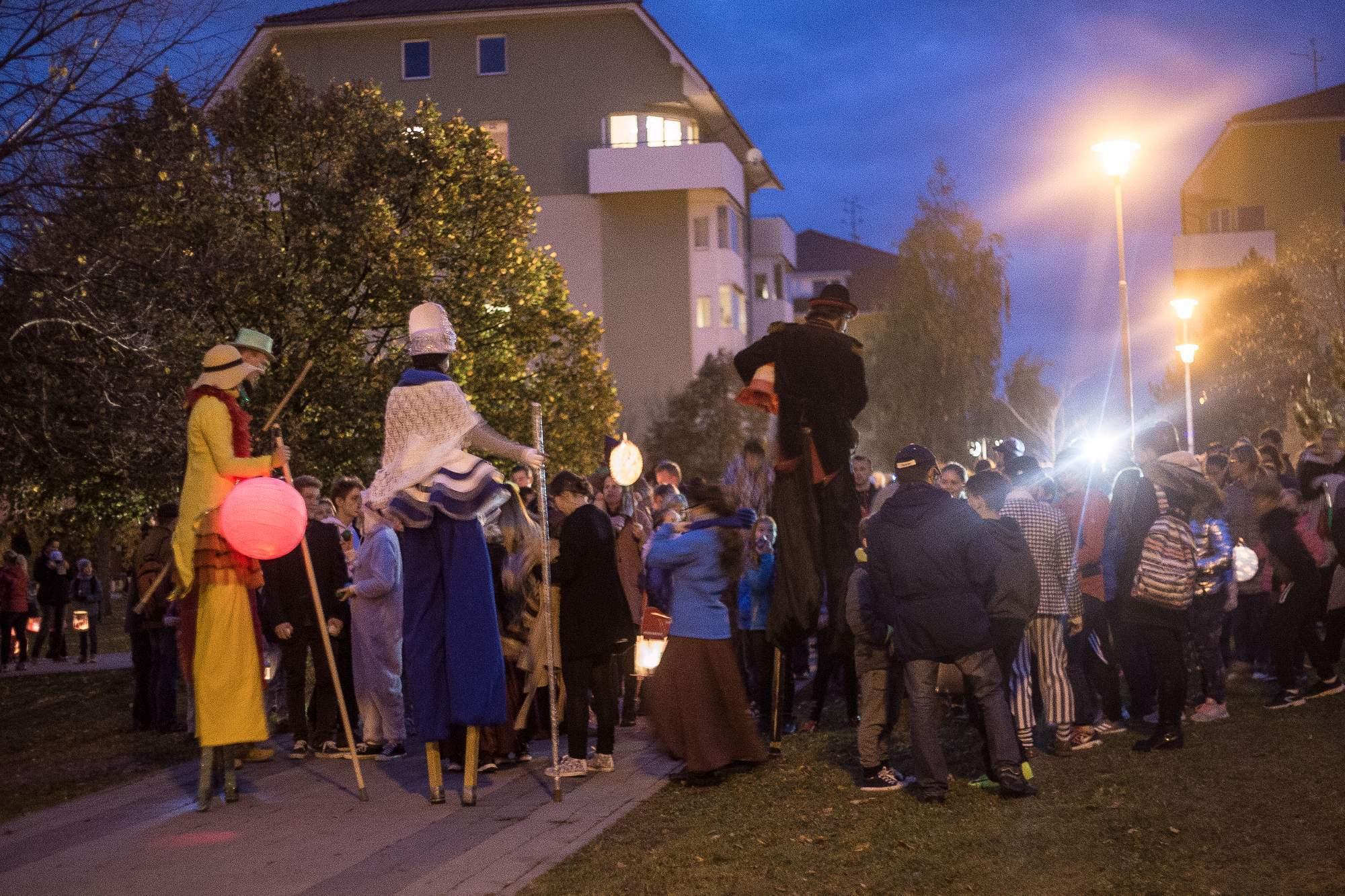 Nastal čas lampionového průvodu a tak se dav vydal na pochod skrz Kohoutovicemi. Děti si hrdě nesly své lucerny různých druhů. Foto: Kristýna Čermáková