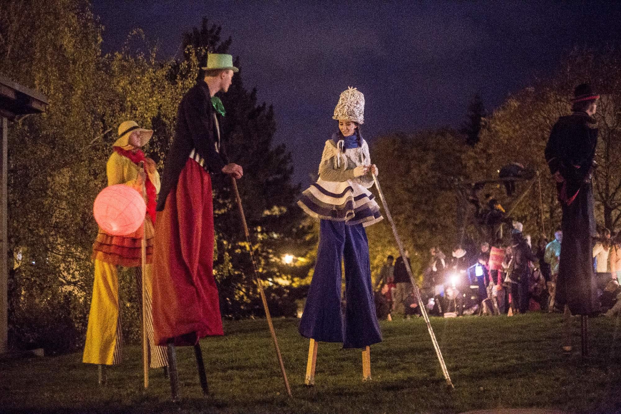 Když průvod došel do svého cíle, cirkusu Legrando, začala předávat své dary Zima Létu. Foto: Kristýna Čermáková