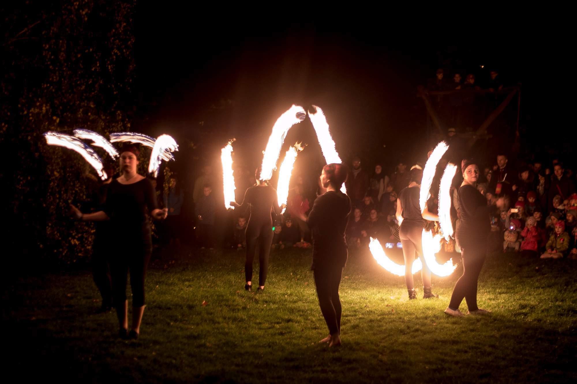 Na vystoupení žonglérů s ohněm se mnoho lidí těšilo a nebyli zklamáni. Foto: Kristýna Čermáková