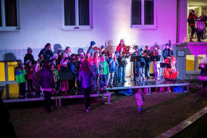 Děti ze sboru zazpívaly písně o přicházející zimě hned na úvod. Foto: Kristýna Čermáková
