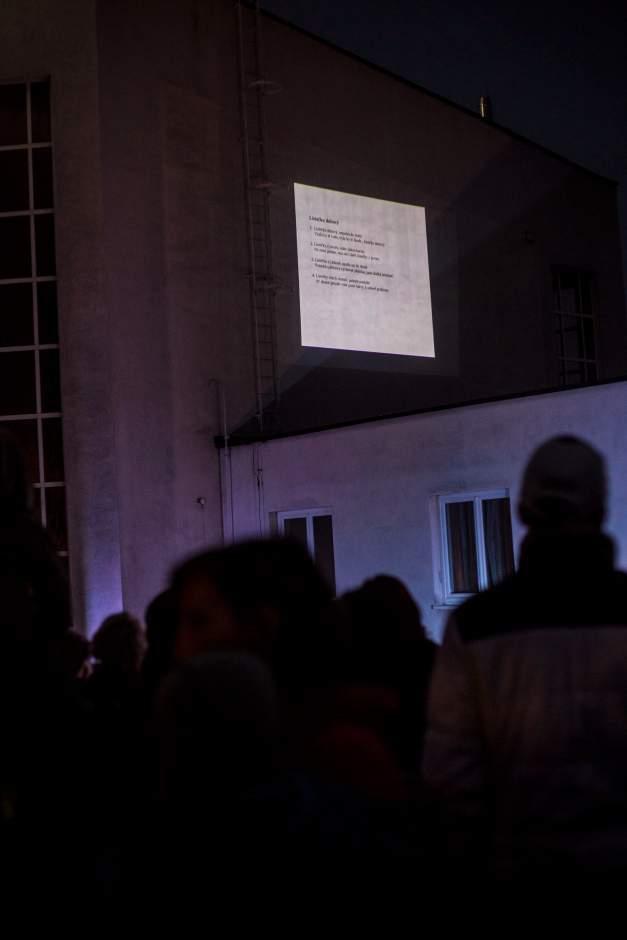 Na budově fary organizátoři promítali texty písní. Foto: Kristýna Čermáková