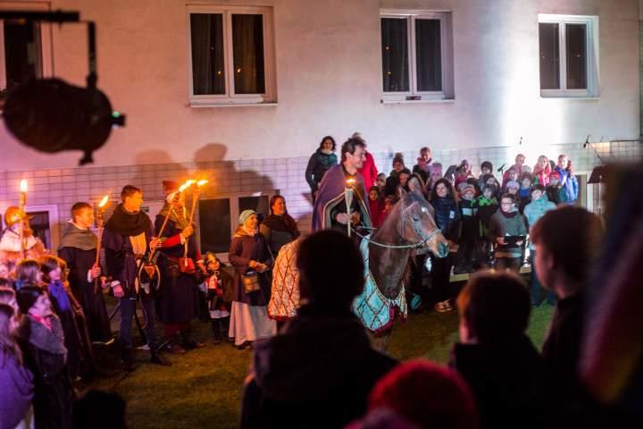 Sv. Martin i s koněm přijel přímo do amfiteátru. Foto: Kristýna Čermáková
