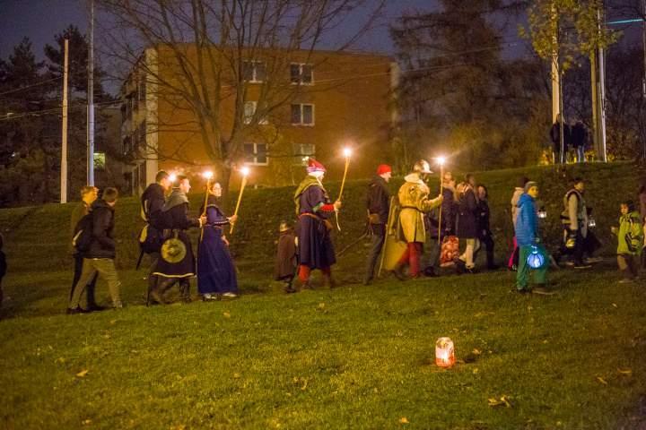 Cesta byla lemovaná svíčkami. Foto: Kristýna Čermáková