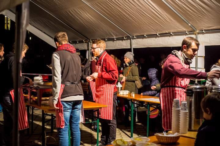 K pohoštění připravili organizátoři různé teplé nápoje nebo polévky. Foto: Kristýna Čermáková
