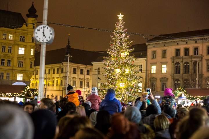 Rozsvícení vánočního stromu naplánovali organizátoři na pátou hodinu přesně. Foto: Kristýna Čermáková