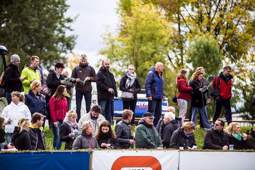 Diváci na tribunách zaplnili i přírodní valy, aby měli dobrý výhled na koně paddoku, autor: Kristýna Čermáková