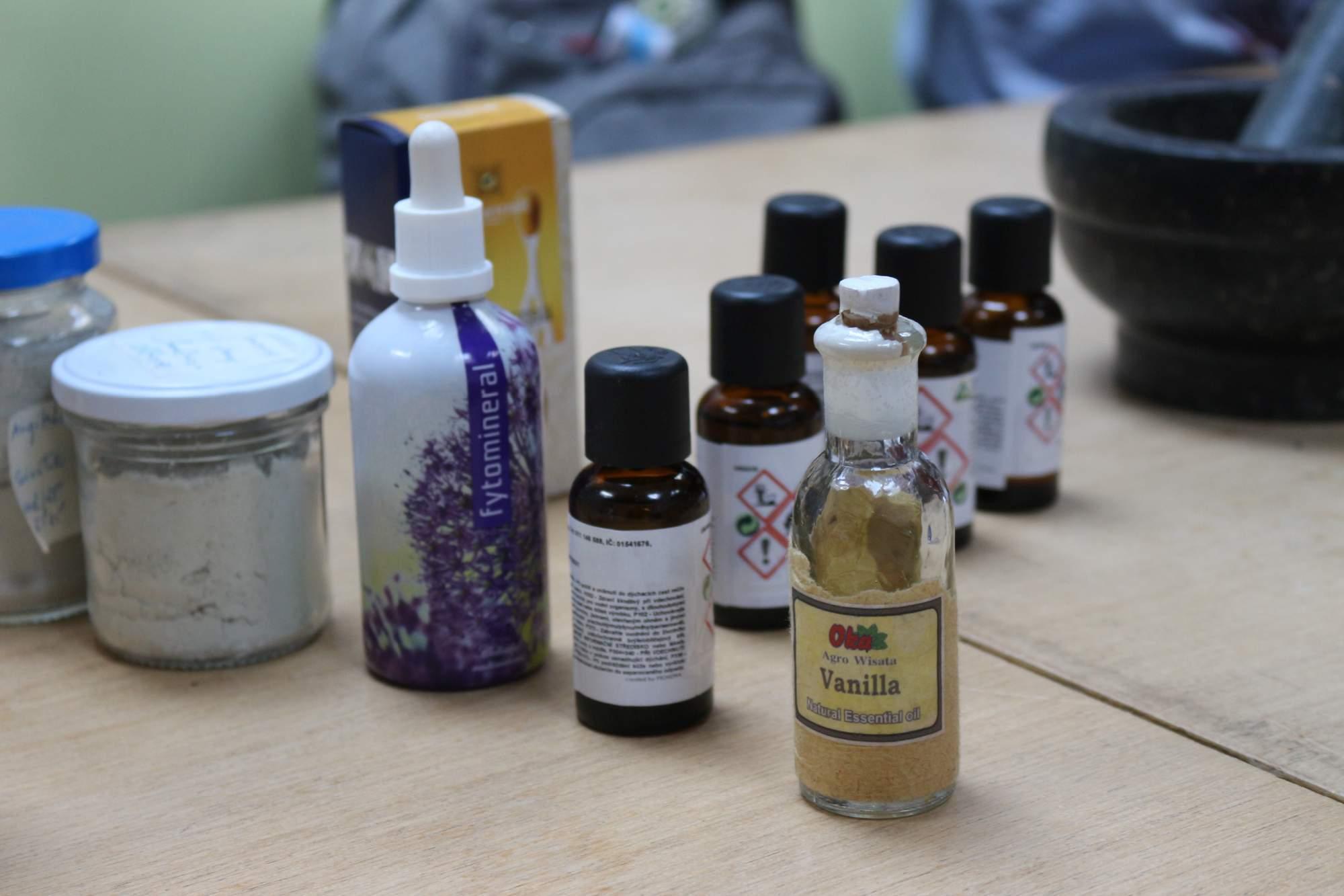 Dôležitou súčasťou kozmetiky je jej vôňa. Využíva sa aj argánový olej, ktorý sa pridáva do krémov alebo mydla. Pridáva sa však len malé množstvo a je vhodný najmä na pleť. Z esenciálnych olejov využívali účastníčky najmä vôňu rozmarínu a vanilky. Foto: Simona Gálová