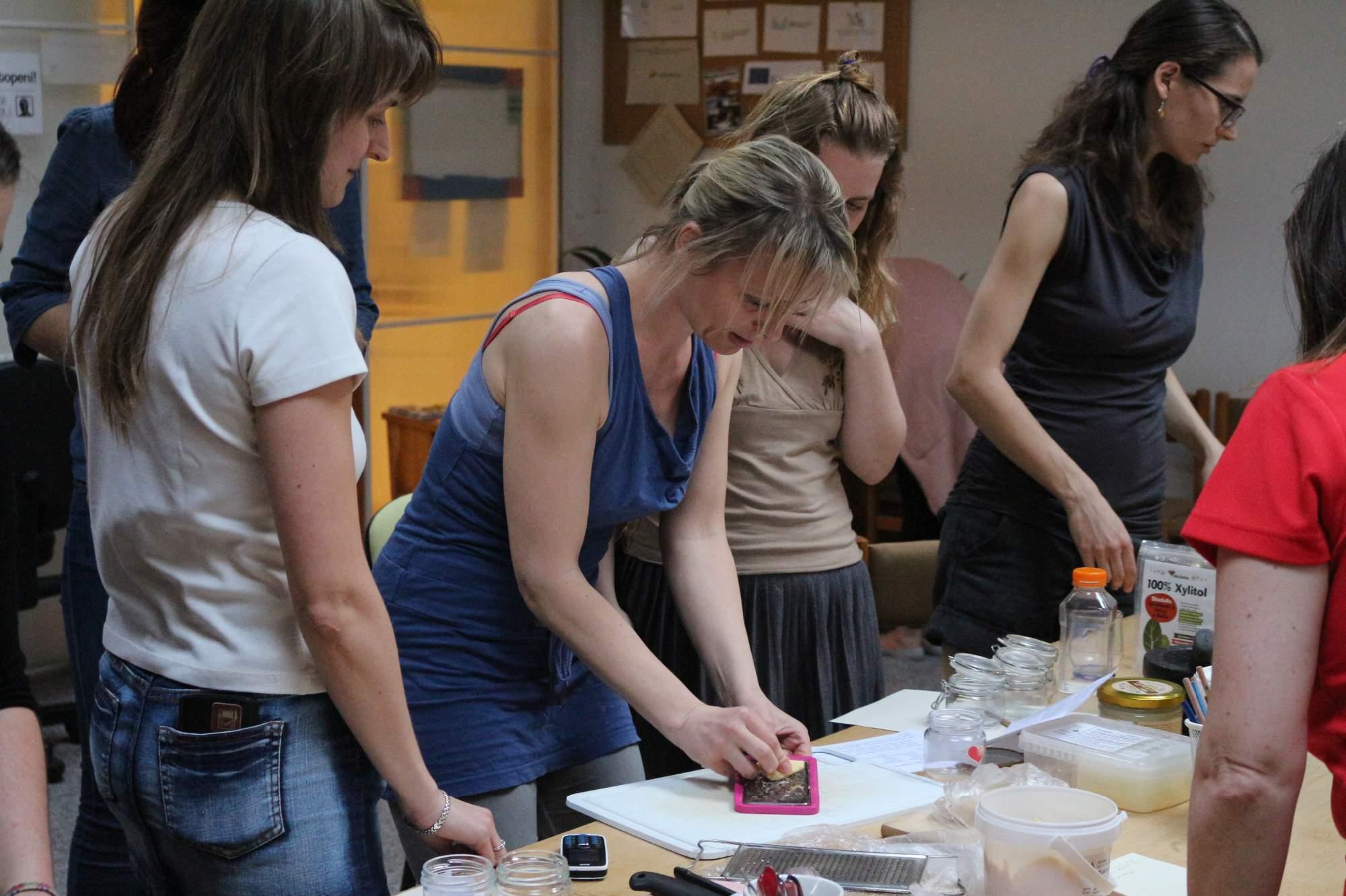 Druhá skupina si vyrobila domáci tuhý dezodorant, ktorý sa v lete nerozpúšťa. Vyrába sa z dvoch lyžíc kokosového oleja, dvoch lyžíc sódy, kukuričného škrobu, kakaového masla a jednej až dvoch lyžíc včelieho vosku. Na začiatku výroby si účastníčky museli nastrúhať včelí vosk. Foto: Simona Gálová