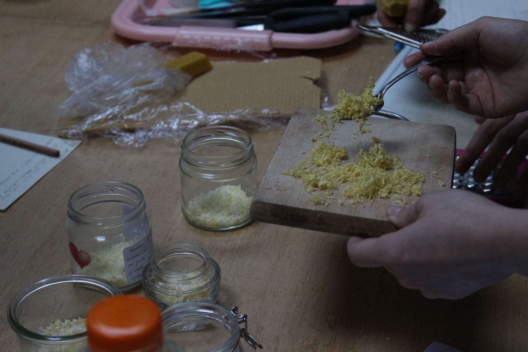 Najpoužívanejšími surovinami pri výrobe domácej kozmetike sú kokosový olej, kakaové maslo, včelí vosk, škrob a sóda. Foto: Simona Gálová