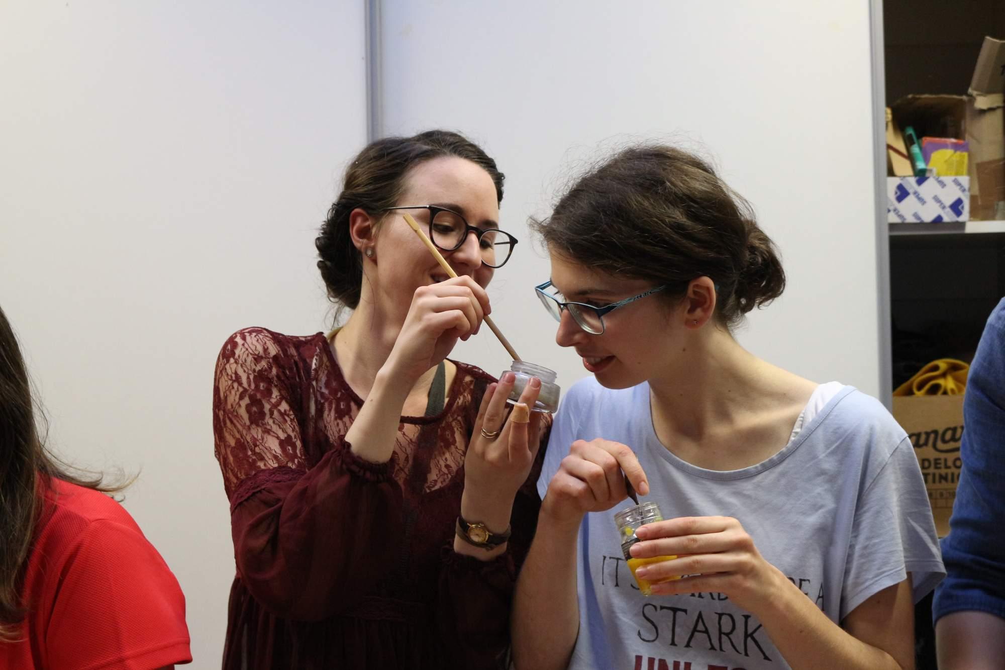 Prvá skupina vyrobila zubnú pastu. Tá sa vyrába z dvoch lyžíc kokosového oleja, jedlej sódy, xylitolu, čo je kryštalický brezový cukor. Foto: Simona Gálová