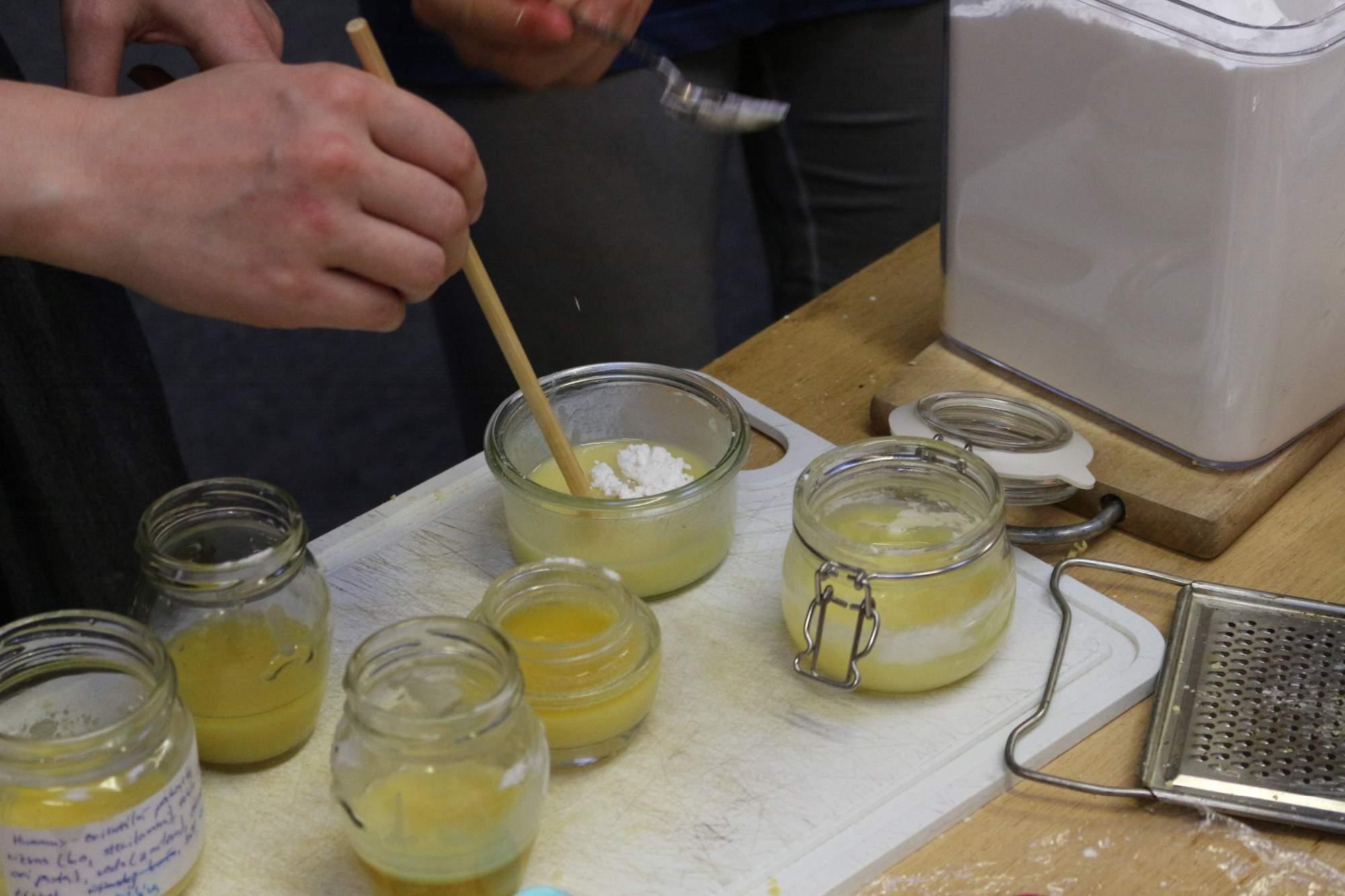 Po vytiahnutí z vodného kúpeľa pridali kokosový olej, sódu a škrob až kým zmes nebola hustá. Foto: Simona Gálová