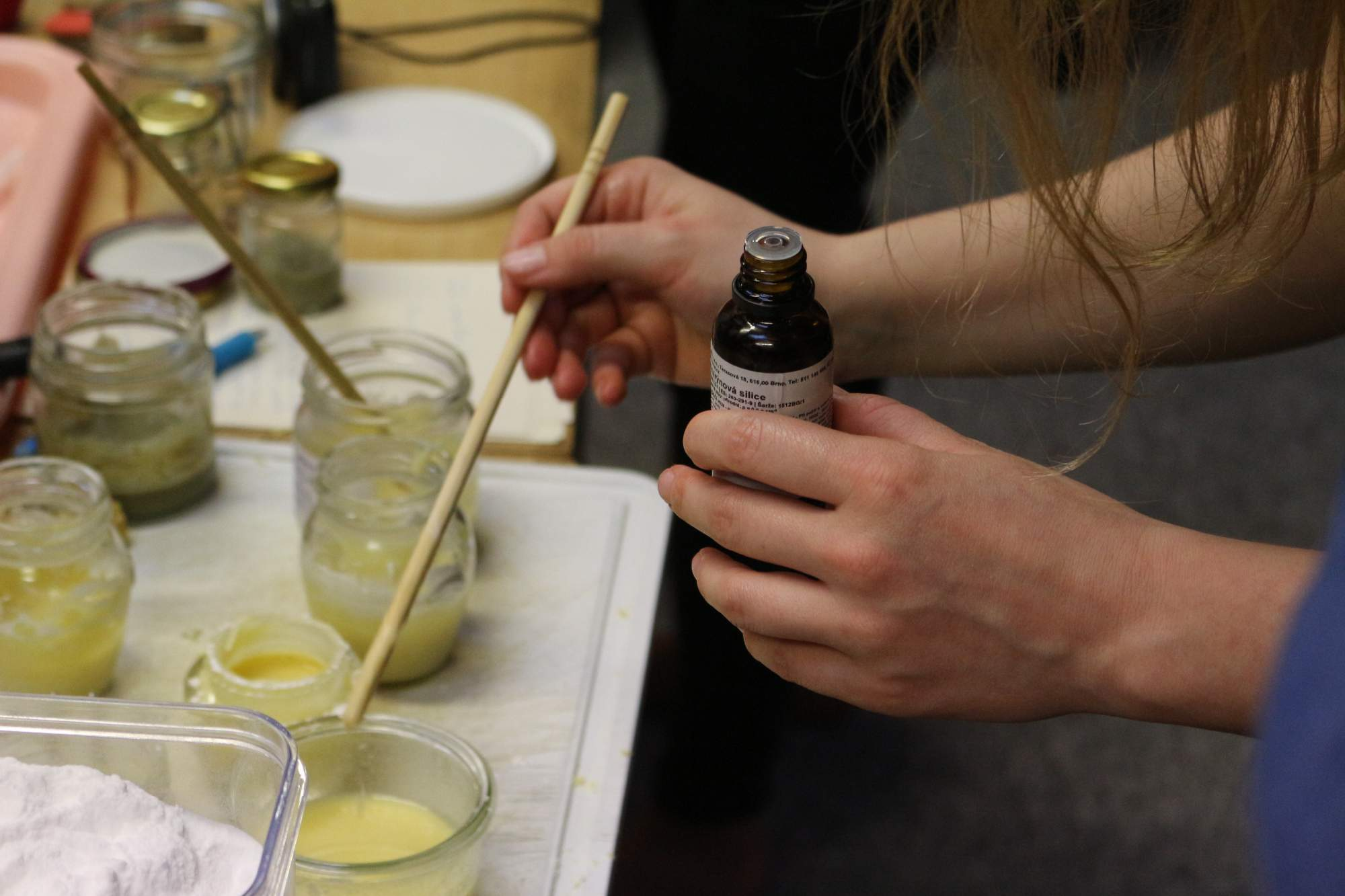 """Na záver pridali päť až desať kvapiek esenciálneho oleja, ktorý dodal domácemu dezodorantu vôňu. """"V lete neodporúčam pridávať citrusové vône, pretože tie zvyšujú citlivosť kože na svetlo,"""" poradila účastníčkam Tenková. Foto: Simona Gálová"""