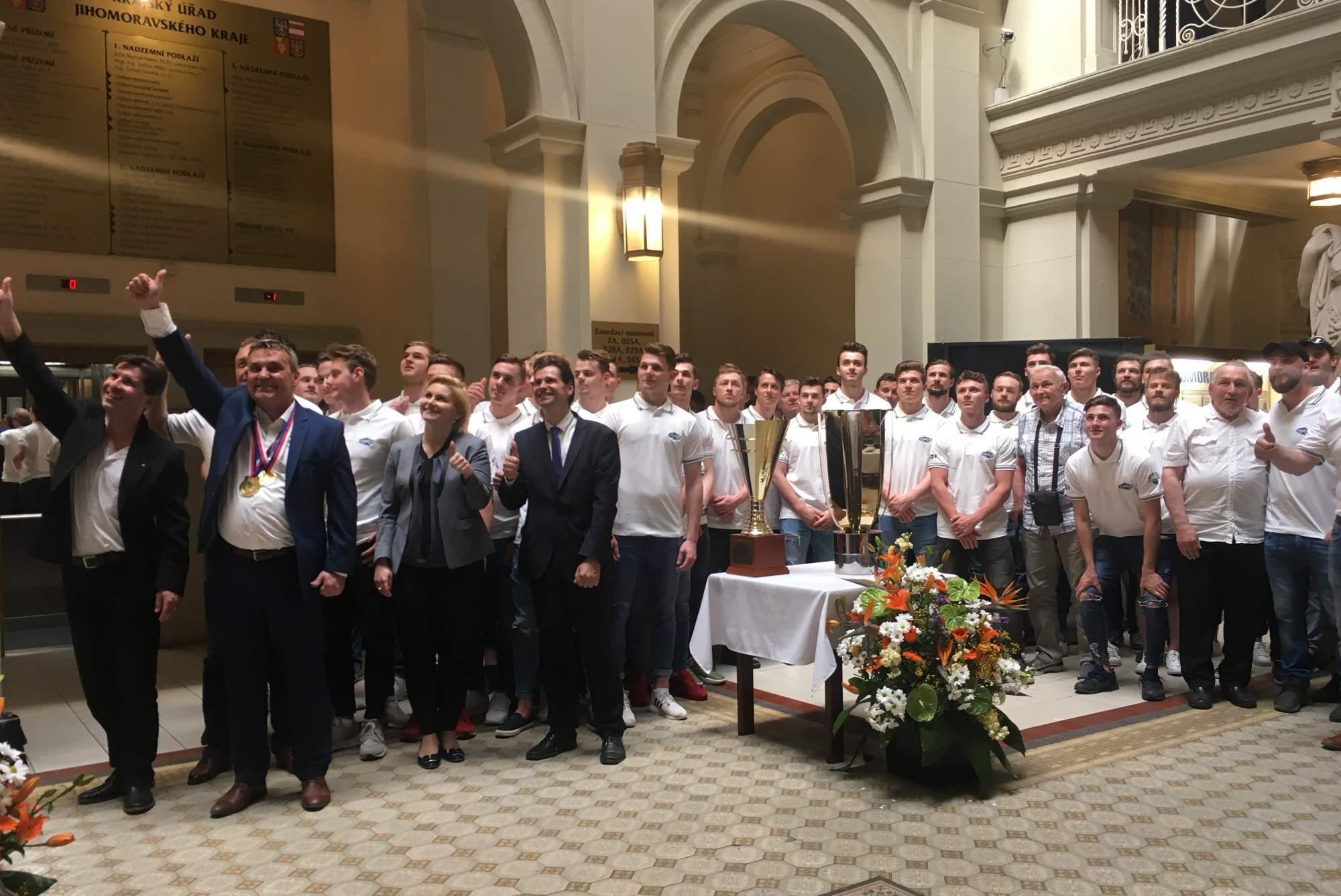 Primátor města Brna a hejtman Jihomoravského kraje pogratulovali Kometě Brno k zisku dvou titulů, FOTO: Karolína Oškerová