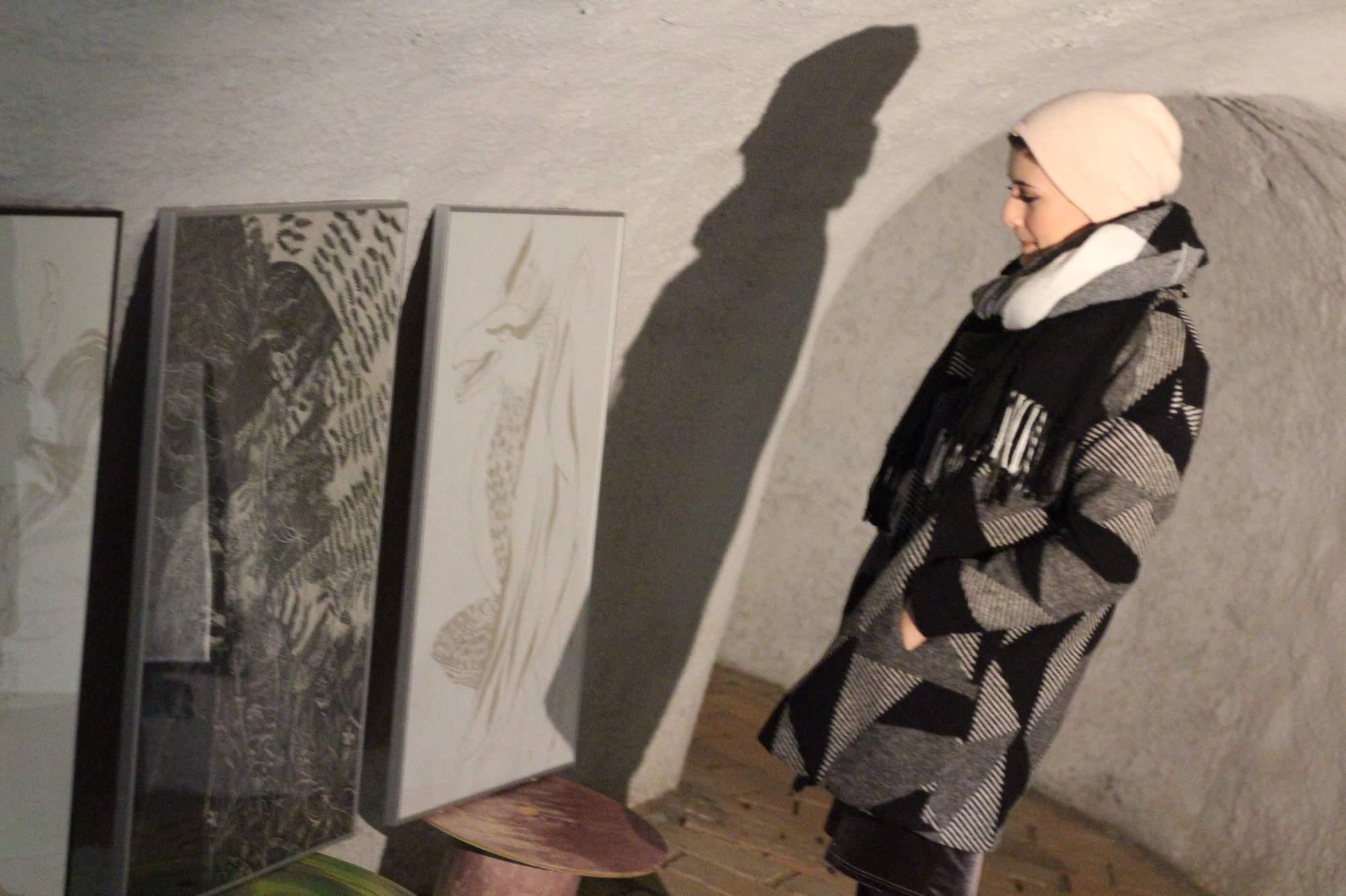 Autorka jednoho z obrazů Kamila Pavlíčková. Foto: Tomáš Siřinek.