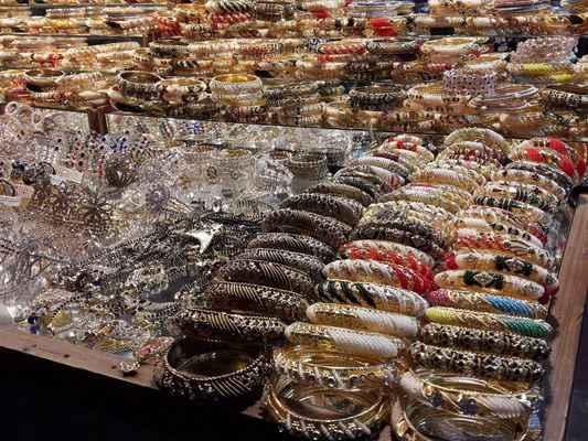 Vstup do Lahore Gate vede do nákupního centra se šperky a řemesly.