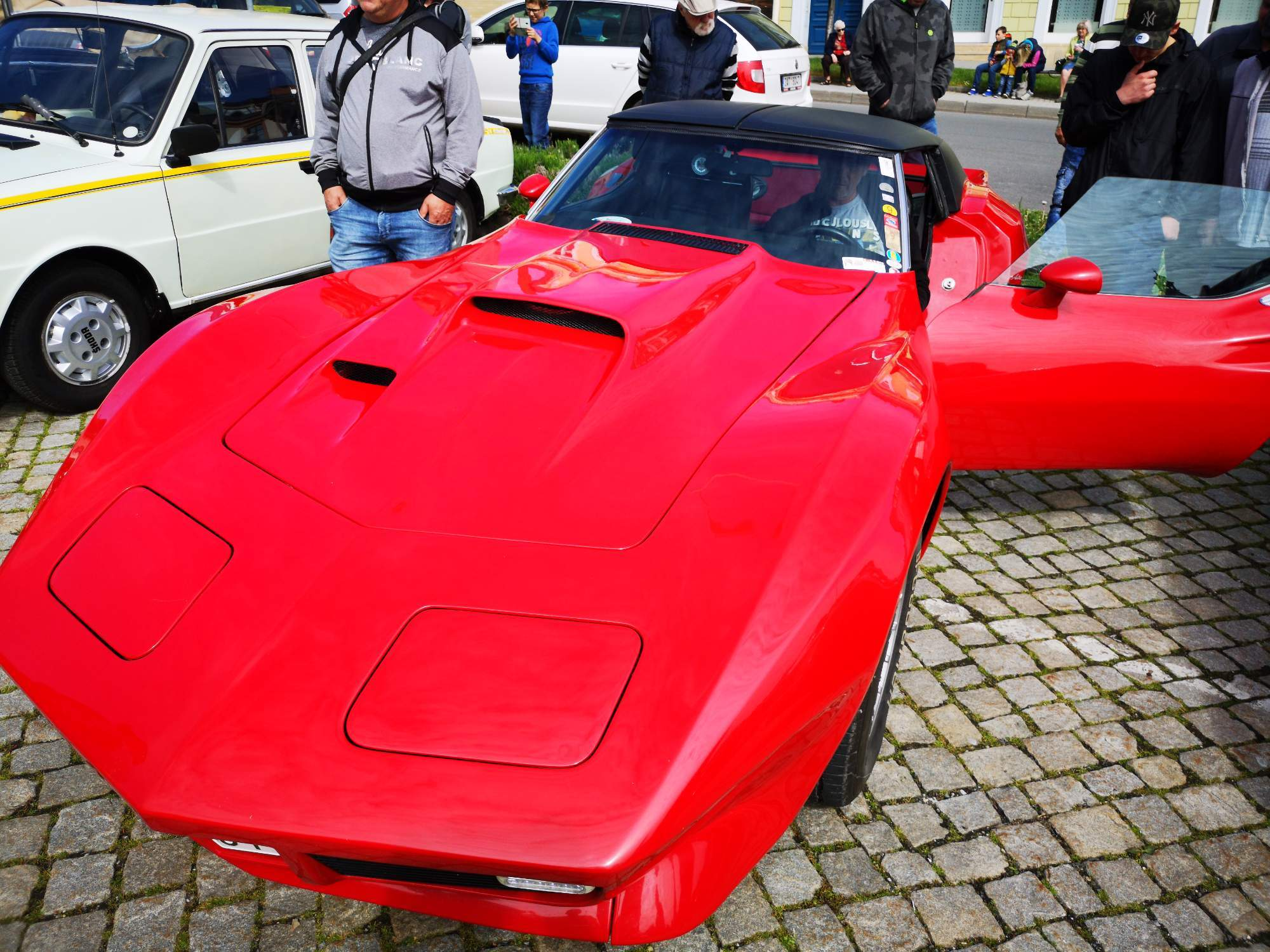 Červená Corvette snese i dnes měřítka moderního sportovního vozu. Foto: Jiří Černý