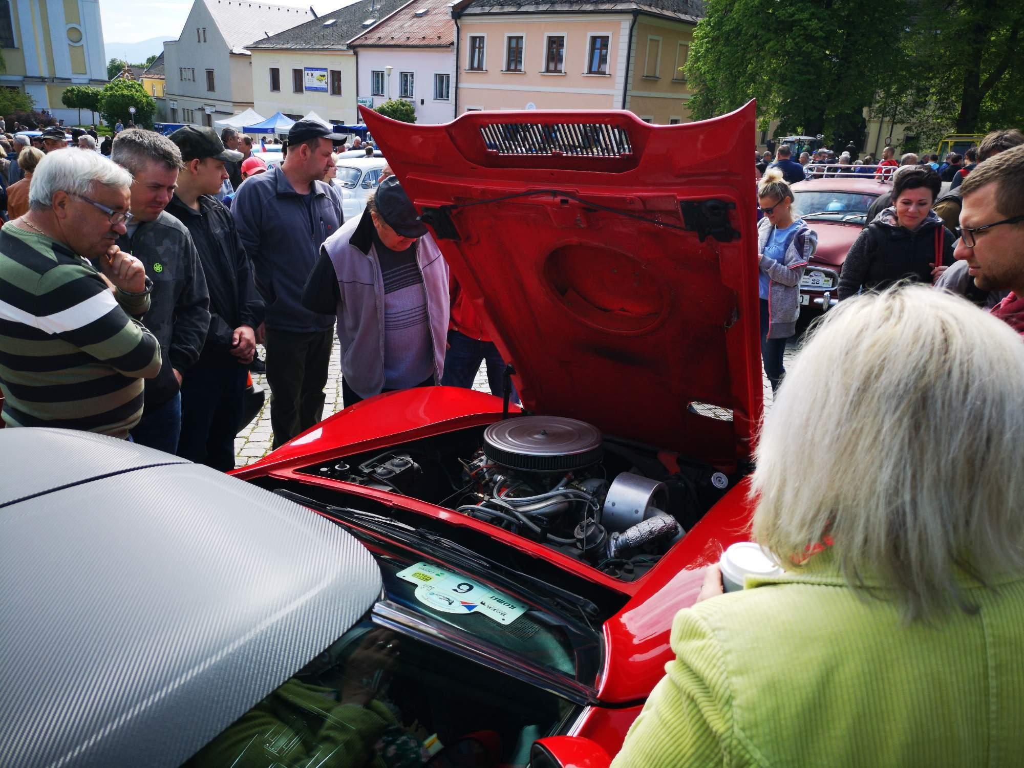 Chevrolet Corvette lákal hlasitým, téměř šestilitrovým motorem. Foto: Jiří Černý