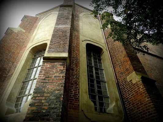 kaple sv.Jana Nepomuckého - co zbylo - je patrné snížení stropu a úprava oken. Musela to být nádhera - kaple sv. Jana Nepomuckého je pozůstatkem rozlehlého dominikánského kláštera zároveň se založením města, někdy kolem roku 1275. Král Přemysl Otakar II. povolil výstavbu kláštera s podmínkou, že jeho vnější strana bude součástí hradebního zdiva a bude tak doplňovat opevnění města směrem k Labi. Klášterní budovy a kostel byly stavěny koncem 13. století z režného cihlového zdiva, stejně tak jako kostel sv. Mikuláše (dnes sv. Jiljí) a hradby. Tuto stavební techniku přinesli s sebou holandští kolonisté, kteří tím vyřešili nedostatek kvalitního stavebního kamene v Polabí  Za husitské reformace byl klášter zrušen a dominikáni byli roku 1424 z města vyhnáni. Klášter byl vydrancován a pobořen. Zůstal pustý až do roku 1667, kdy byl obnoven. Bývalý dominikánský chrám Nanebevzetí Panny Marie Růžencové byl na konci 17.století také obnoven a jeho velikost byla srovnatelná s chrámem sv.Jiljí. V roce 1786 císař Josef II. nymburský klášter zrušil.