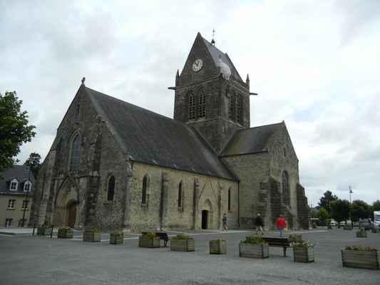 Sainte-Mere-Église - městečko je známé hlavně k vůli tomu, že hrálo významnou roli při vylodění v Normandii