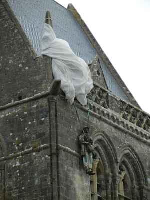 Incident s parašutistou Johnem Steelem ze 505. PIR, kterému se při seskoku padák zachytil za věžičku kostela, a mohl jen pozorovat boje pod ním. Unikl zajetí tím, že předstíral smrt do druhého dne, kdy bylo město osvobozeno. Nehoda byla ztvárněna ve filmu Nejdelší den