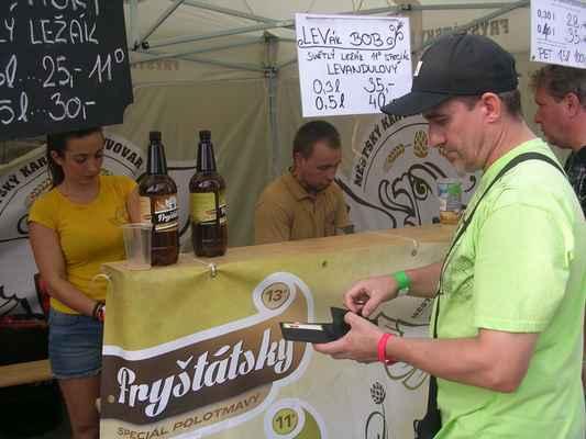 Pivko čepuje pan Patrik Oravecz - pomocník sládka z Městského Karvinského Pivovaru. Slečna vlevo je fryštátského sládka milá (Petra Uchaľová).