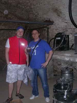 """Hostinský z Fryštátské pivnice Na Bečkách. V pivovarském suterénu funguje zařízení, kterým zahřívají pivo na správnou teplotu. Ano - opravdu zahřívají, ze 4°C na těch správných 6-8°C. Za našima hlavama vedou """"pivní trubky""""."""