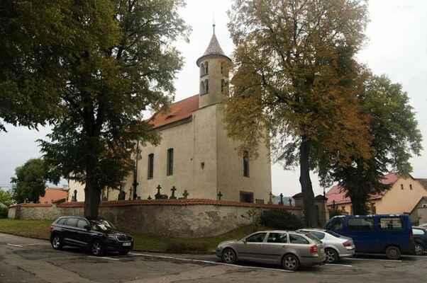 V Kondraci kus za Vlašimí mají zajímavý románský kostel.