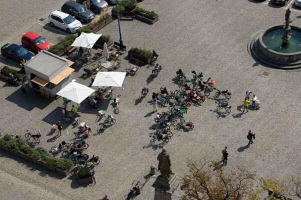 Lehocyklisti z kostelní věže.
