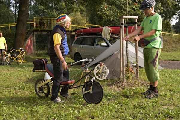 Dalšího dne se v kempu objevili další cyklisti a jejich stroje.