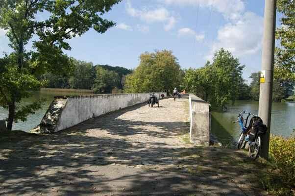 Starý most z 18. století na původní silnici do Třeboně.