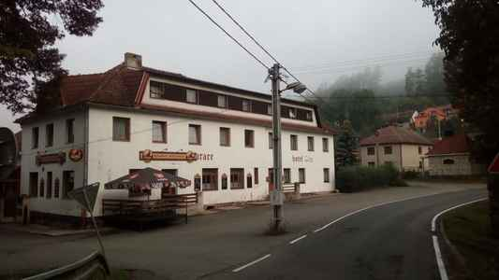 První noc jsem strávil v hotelu v Ledečku. (Bylo po sezóně, kromě mne tam nocovalo asi tak 6 chlapů, co nedaleko opravovali silnici)