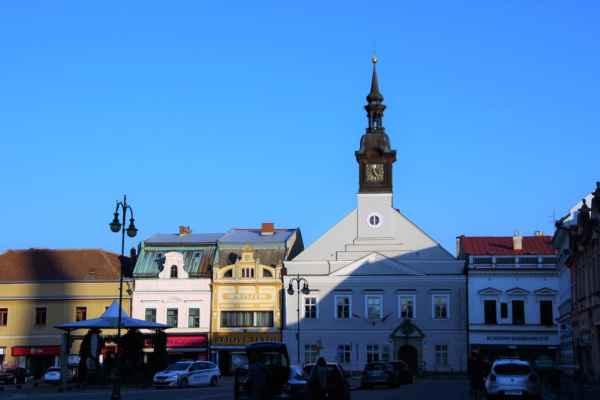 V šedivé budově s věží je Muzeum českého karosářství. Významným karosářem a designérem byl Josef Sodomka mladší, ten byl pokračovatelem firmy, která se z původní výroby kočárů přeorientovala na výrobu špičkových, automobilových karosérií.