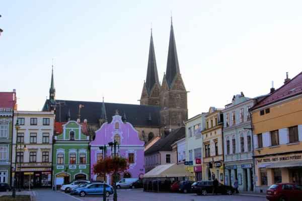 Vzdálený pohled z náměstí Přemysla Otakara II. na část kostela sv. Vavřince