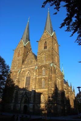 Kostel svatého Vavřince pochází z konce 13. století. Trojlodní stavba z tesaného kamene, se dvěma věžemi v průčelí, s pětibokým uzávěrem  a vnějšími opěráky, na jižní straně přiléhá sakristie.