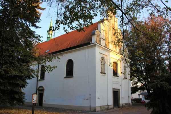 Kostel Nejsvětější Trojice, byl vystavěn roku 1543, mistrem Blažejem z Litomyšle, jako hřbitovní kostel. Průčelí dominuje barokní štít od pardubického sochaře Vlčka.