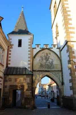 Litomyšlská brána se nachází v jižní části městského opevnění. Po několika požárech byla zničena, na počátku 19. století byla znovu postavena a uvedena do novogotického stylu. O výzdobu brány se počátkem 20. století postaral Mikoláš Aleš.