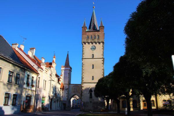 Pohled na Pražskou bránu, která je jedním z nejzachovalejších prvků městského opevnění ze 13. století. Dnešní novogotickou podobu brána získala při přestavbě na konci 19. století.