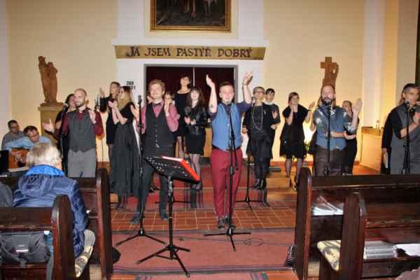 Marika Singers - koncert vokální skupiny, která rozhodně své posluchače nezklame. V repertoáru mají skladby duchovní i světské, lidovky i ty z muzikálů. V průběhu koncertu se střídají vystoupení sólová i sborové party. Vedoucí a dirigentkou vokální skupiny je Marika Divišová, která odvádí báječnou práci se svými svěřenci, ale obvykle na koncertech oživí i závěr vystoupení sboru svým dokonalým, pěveckým vystoupením.