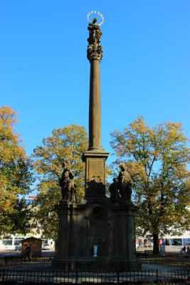 Mariánský sloup - je upomínka na události z roku 1714, kdy toho roku byl uzavřen mír s Francouzi po válkách o španělské dědictví. V té době probíhala i morová nákaza a tak byl sloup postaven také jako projev díků Panně Marii, za jeho pominutí.