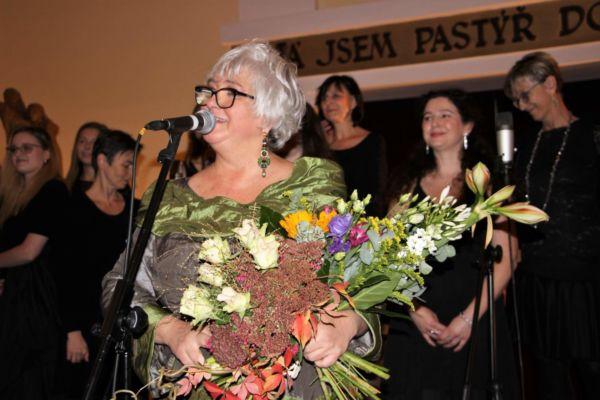 Poděkování dirigentce a vedoucí vokální skupiny Marice Divišové