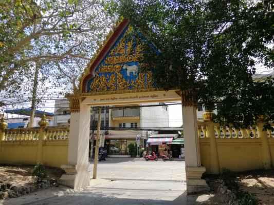 Naše dáme na taxi za 10 BHT a jedeme do dalšího chrámu. Není sice daleko, ale je velké vedro.