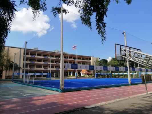 V areálu je škola.